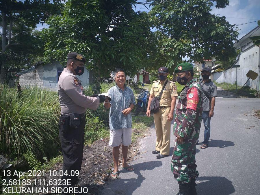 Bhabinkamtibmas Polsek-TNI Imbau Prokes dan Bagikan Masker Ke Warga Binaannya