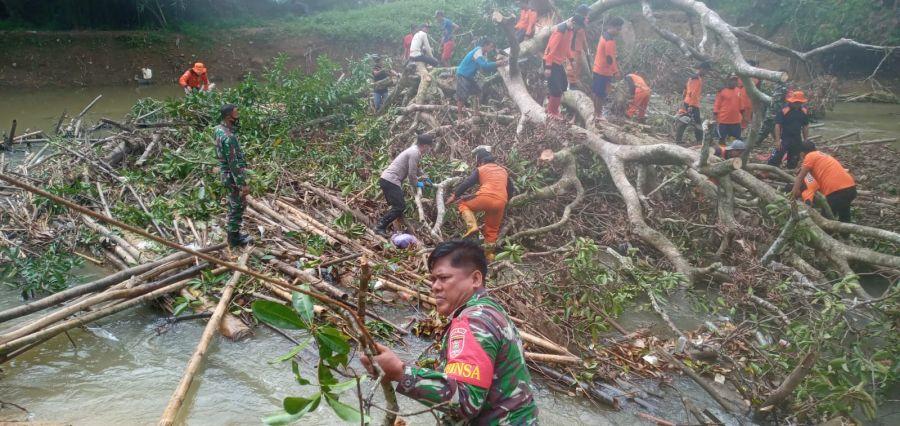 Anggota Koramil 1002-06/Barabai Gotong Royong Bersihkan  Pohon Tumbang di Sungai Bersama Warga