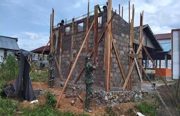Pembangunan MCK sasaran TMMD ke 112 Kodim 1004/Kotabaru masuki Tahap Perapian Dinding