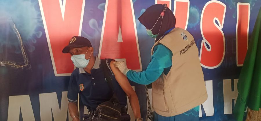 Kodim 1002/Hulu Sungai Tengah Salurkan 502 Dosis Vaksin Kepada Guru dan Masyarakat Umum