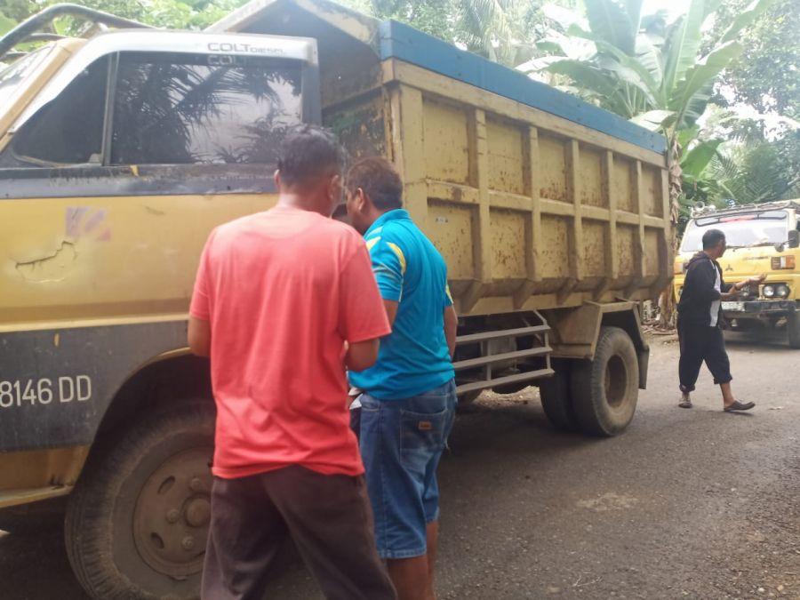 Sopir Dump Truck Senang Iku Berpartisipasi Dalam Kegiatan TMMD