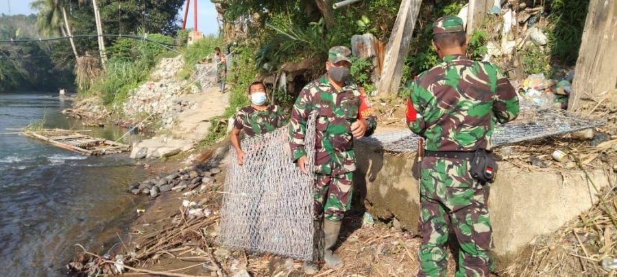 Warga Desa Baru Perbaiki Jembatan Rusak Akibat Banjir