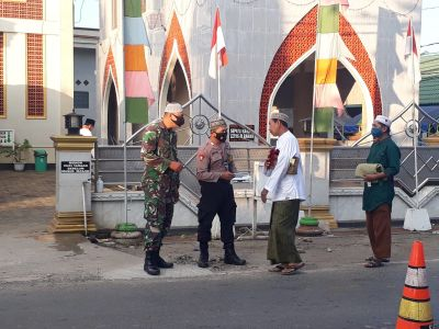 Babinsa-Bhabinkamtibmas Terapkan Prokes Pelaksanaan Sholat Idul Adha