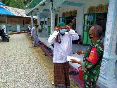 Babinsa Dan Bhabinkamtibmas Sampaikan Prokes Di Lokasi Pra TMMD  BARABAI-TNI-Polri melalui Babinsa d