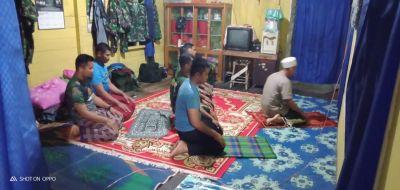 Bersama Pemilik Rumah, Anggota Satgas TMMD Kodim HST Melaksanakan Sholat Maghrib