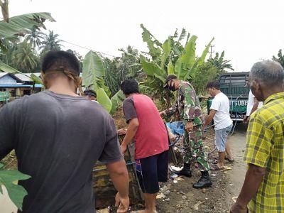 Babinsa Koramil 1002-04/Labuan Amas Selatan Bersih-Bersih Sampah Bersama Warga Binaan