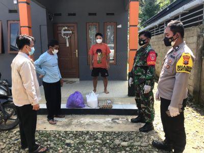 Babinsa Kodim 1002/Hulu Sungai Dampingi Penyaluran Bantuan Sembako Warga Isoman