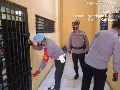 Kanit SPKT dan Piket Propam kontrol Rumah Tahanan Polres Kobar