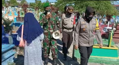 Laksanakan Himbauan Protokol Kesehatan Terhadap Peziarah di Makam Muslim