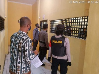 pengecekan rutin ruang tahanan Polres Kobar