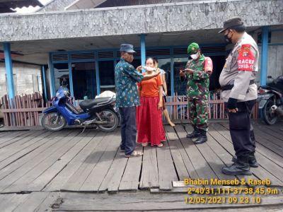 Polsek Arsel Aipda Jafar Bersama TNI Imbau Prokes Dan Bagikan Masker Ke Warga
