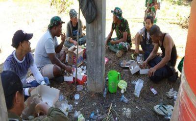 Suasana Keakraban Warga dan Satgas TMMD ke 112 makan siang bersama.