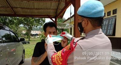 TNI-POLRI bagikan Masker kepada warga kec. Pangkalan Banteng guna