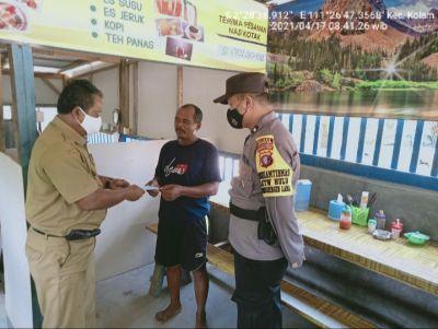 TNI Polri cegah covid dengan berikan masker.