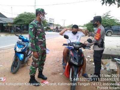 TNI Polri peduli kesehatan warga Kec. Kolam dengan berikan masker. Sabtu