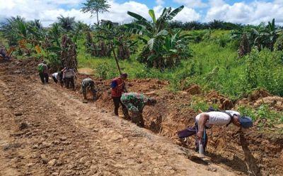 warga-turut-serta-membantu-pembuatan-drainase-jalan-pada-tmmd-ke-112